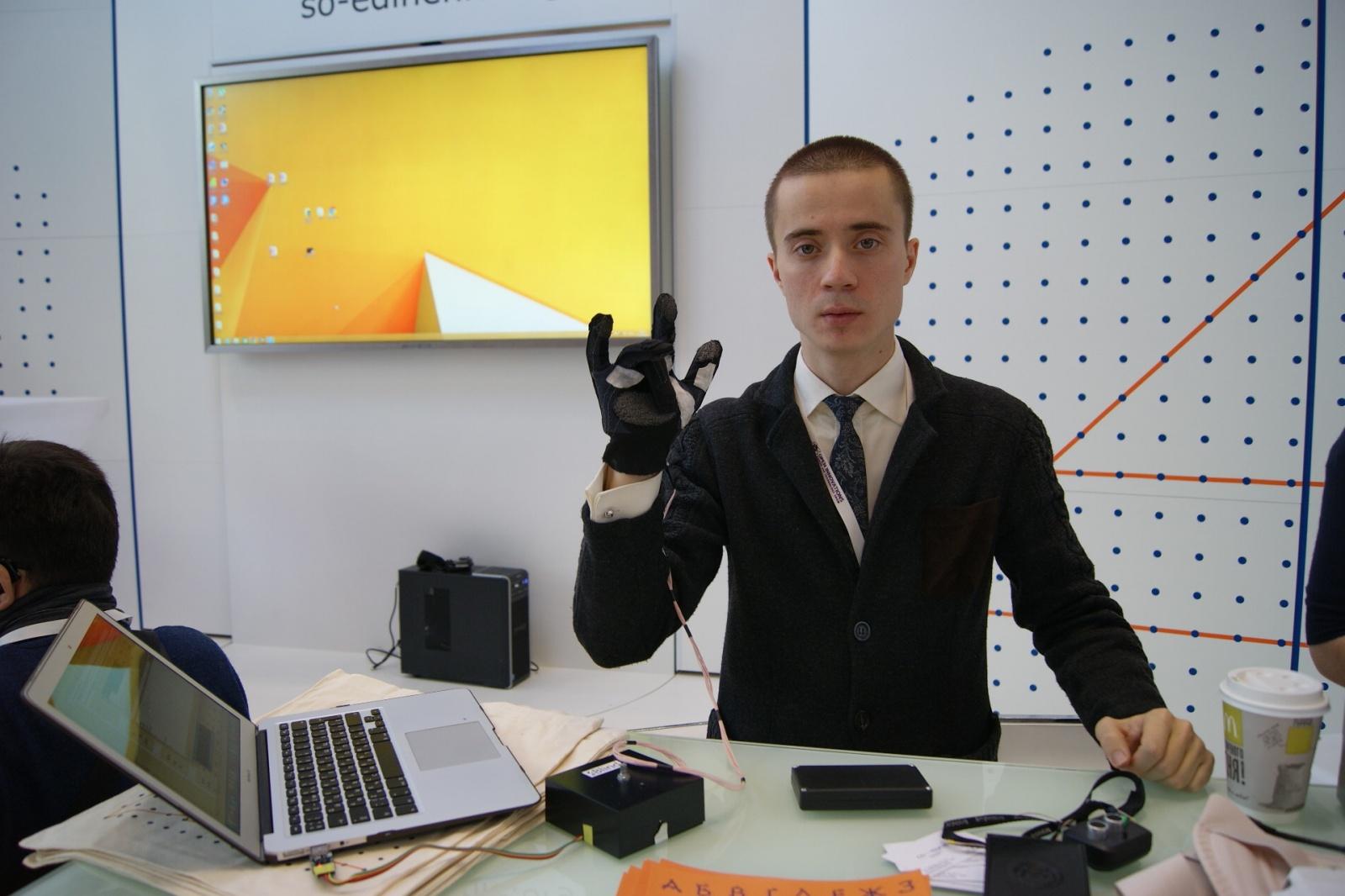 Как слепоглухие могут общаться в мессенджерах? Перчатка и рукав Брайля - 1