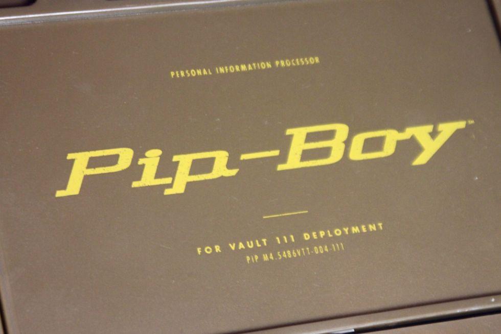 Анбоксинг Pip-Boy: первое знакомство с наручным ПК из мира Fallout - 3
