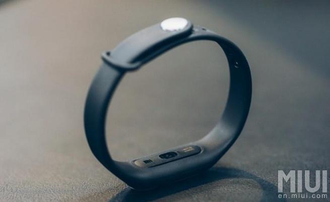 Для измерения пульса используется оптический датчик на внутренней стороне Xiaomi Mi Band Pulse