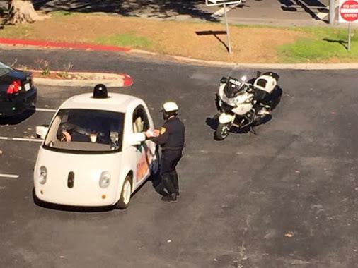 Полиция остановила самоуправляемый автомобиль Google за то, что он двигался слишком медленно - 1