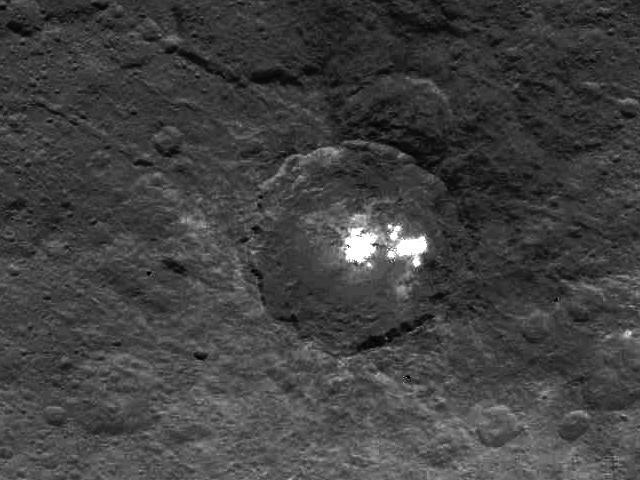 Астрономы объяснили странные белые пятна на Церере - 2