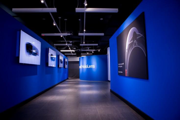 Microsoft добавила шлемы HoloLens в ассортимент своего флагманского магазина
