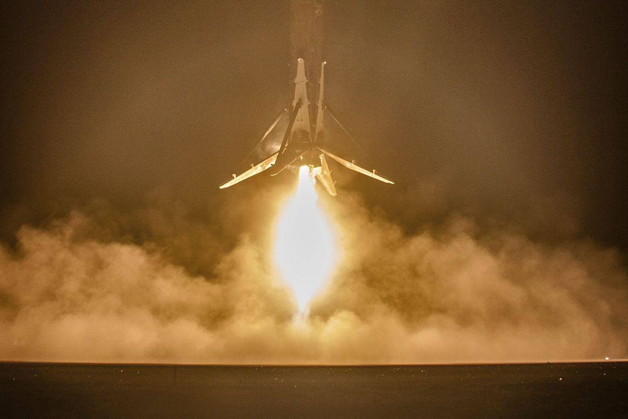 Компания SpaceX выложила hi-res фотографии взлета и приземления Falcon 9 - 1