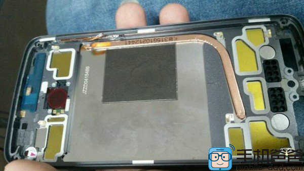 Тыльная панель Motorola Moto X нового поколения, хорошо видна тепловая трубка