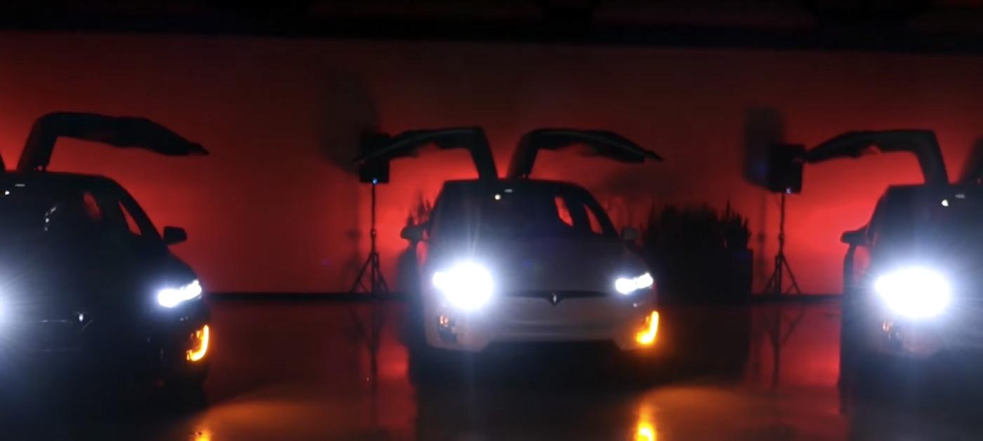Tesla Model Xmas: электромобили могут и развлекать - 1