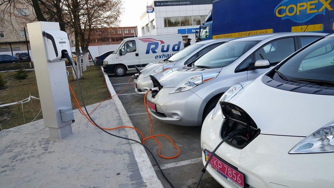 В Украине электромобилизация идет полным ходом: за год количество электрозарядных установок выросло в 10 раз - 7