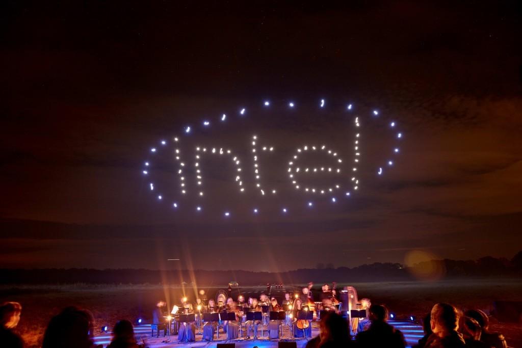 100 танцующих дронов установили новый и единственный в своем роде мировой рекорд: невероятное световое шоу - 10