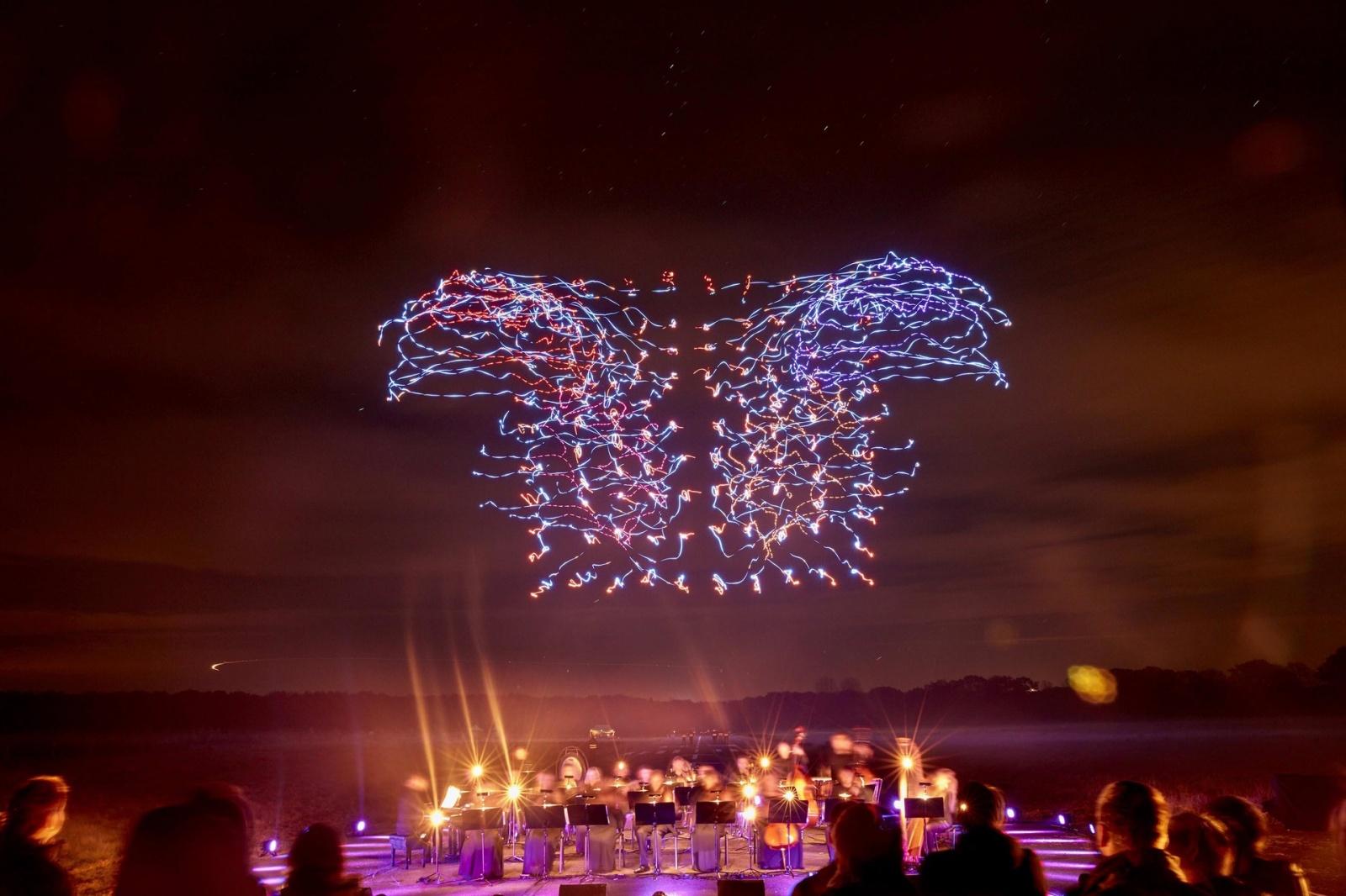 100 танцующих дронов установили новый и единственный в своем роде мировой рекорд: невероятное световое шоу - 1