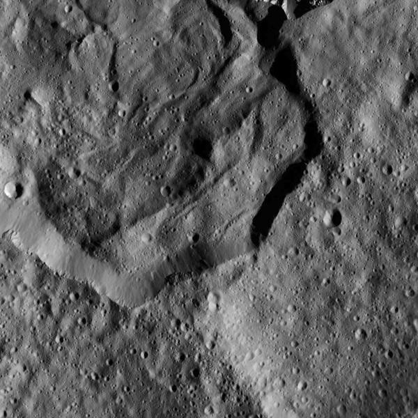 Зонд Dawn прислал детальные снимки кратеров Цереры - 2