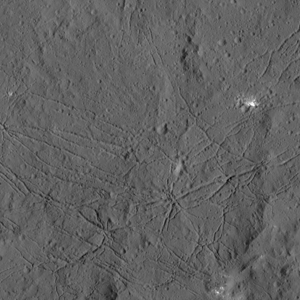 Зонд Dawn прислал детальные снимки кратеров Цереры - 3