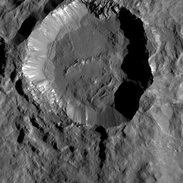 Зонд Dawn прислал детальные снимки кратеров Цереры - 1