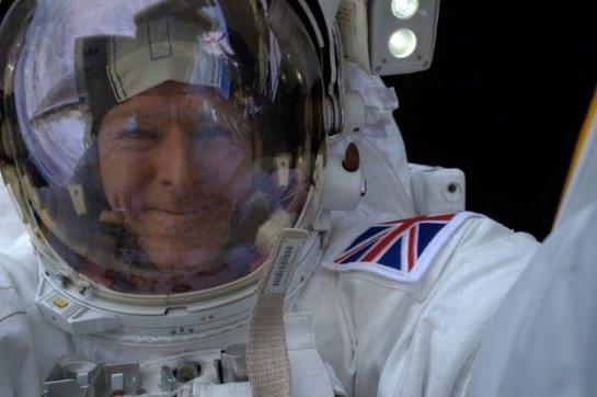 Астронавт сделал первое космическое селфи: фотофакт