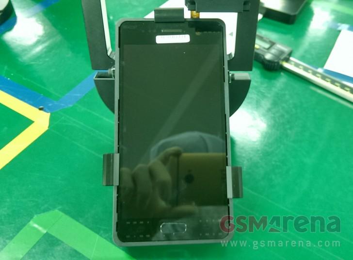 В Сети появились фотографии дисплея и фронтальной камеры смартфона Samsung Galaxy S7