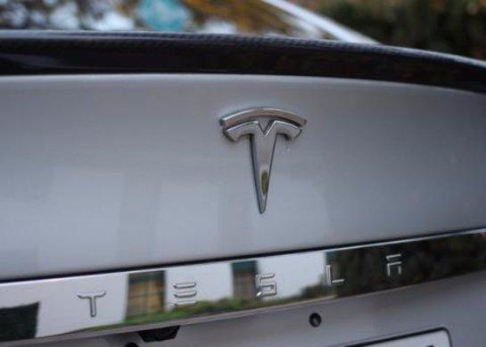 Американцы научили автомобиль Tesla слушаться голосовых команд (видео)