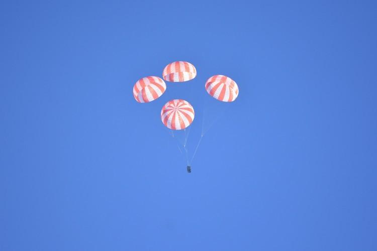 SpaceX успешно испытала парашюты для пилотируемой капсулы (видео) - 1