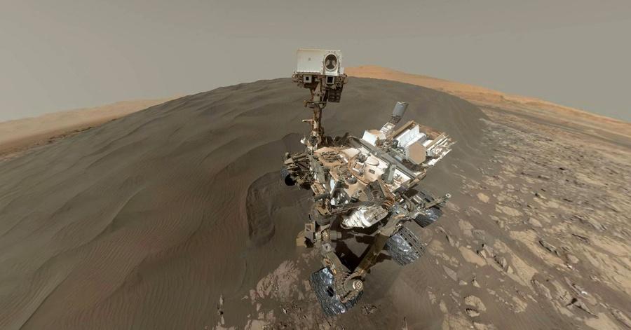 Марсоход Curiosity изучает темные дюны - 12