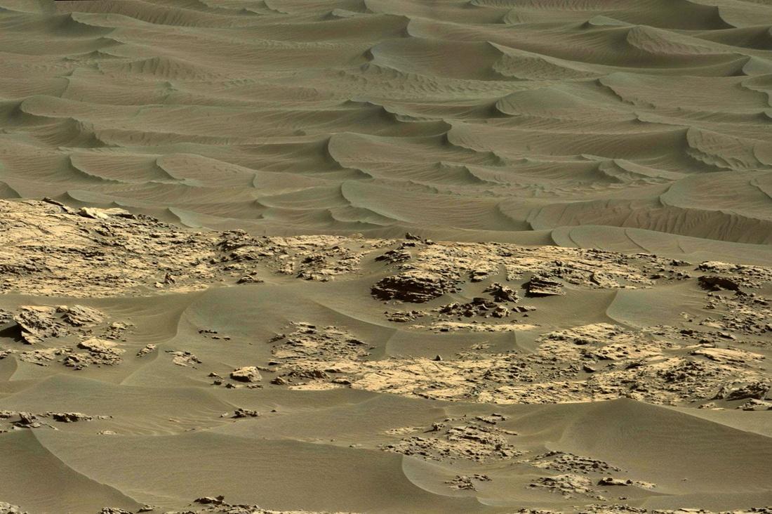 Марсоход Curiosity изучает темные дюны - 1