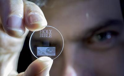 Учёными Саутгемптонского университета создан носитель, способный хранить данные на протяжении 14 млрд лет