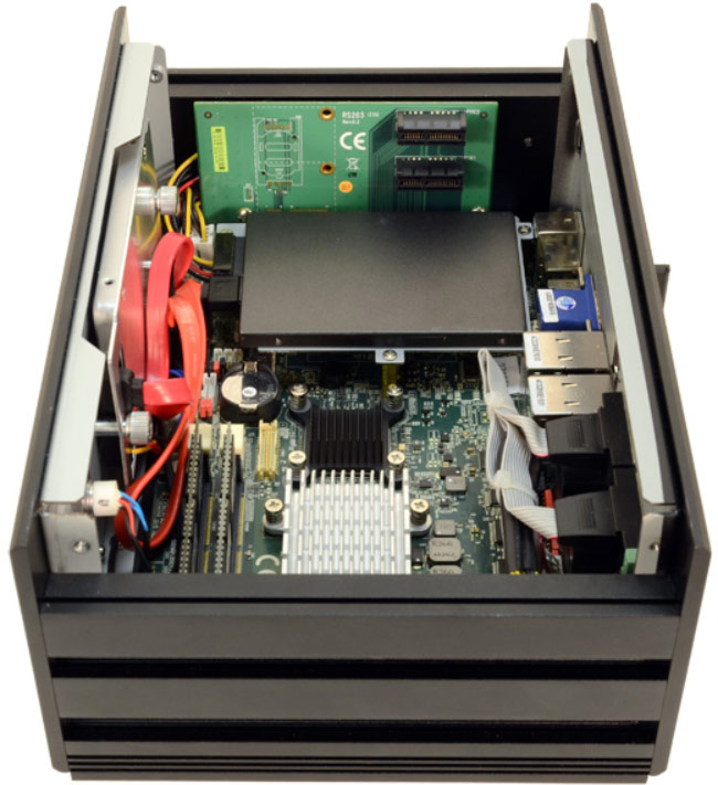 В корпусе Stealth LPC-720F есть место для двух накопителей типоразмера 2,5 дюйма