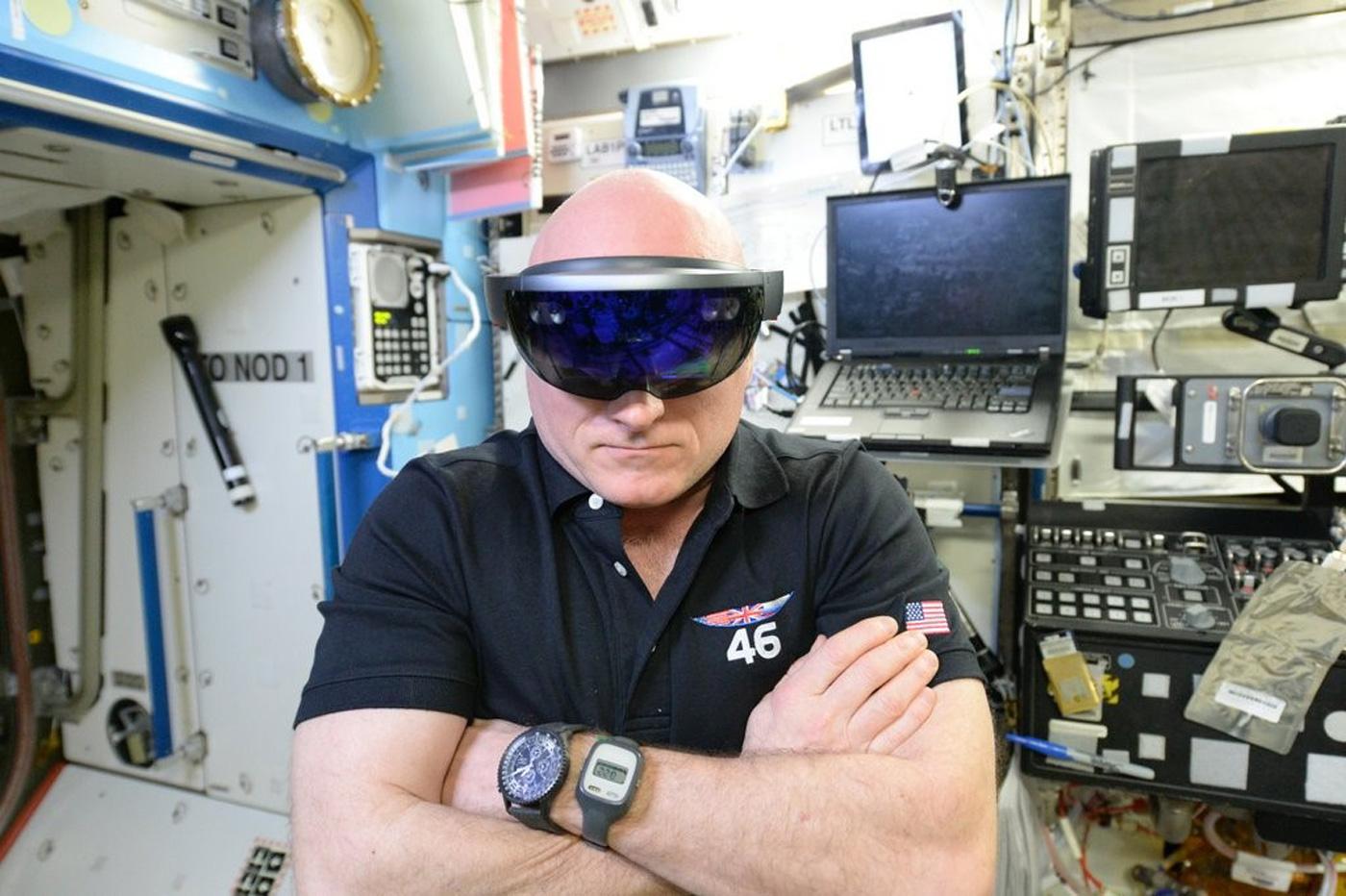 Космонавты тестируют видеоочки Hololens от Microsoft на МКС - 1