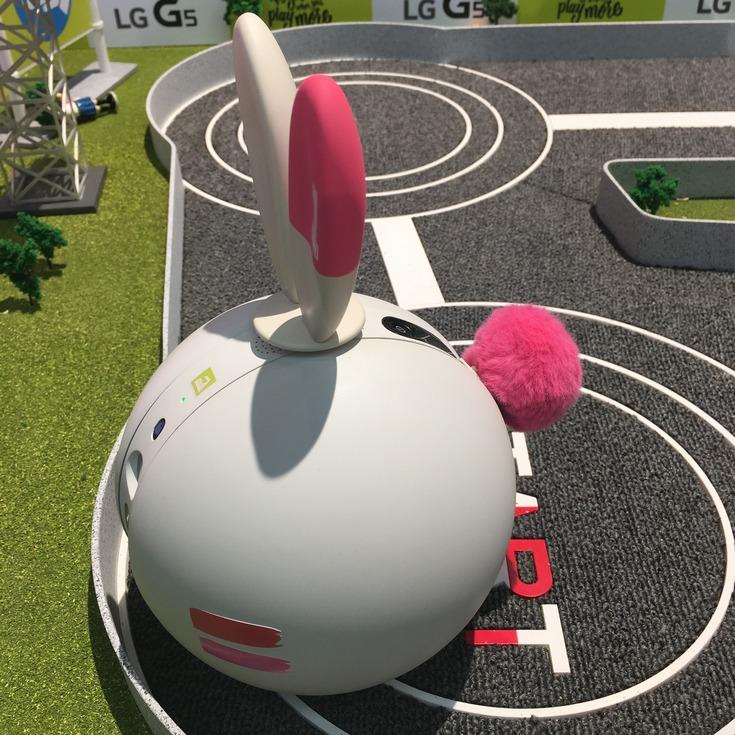 На MWC 2016 представлен робот LG Rolling Bot (фото с выставки)