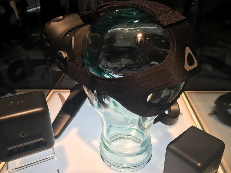 Потребительская версия гарнитуры HTC Vive, оцененная в $799, предложит встроенный телефонный сервис (фото с выставки)