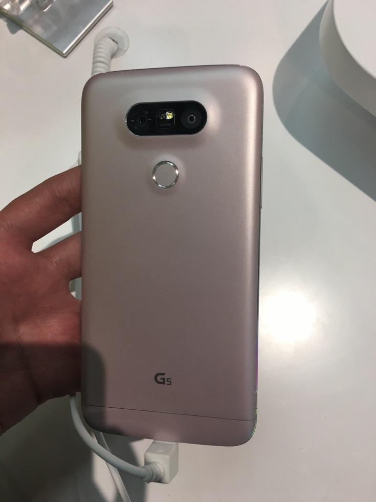 Представлен флагманский смартфон LG G5, который получит целую серию аксессуаров, подключаемых через универсальный слот (фото с MWC 2016) - 5