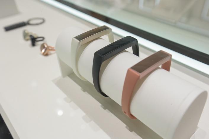 На MWC 2016 показали Samsung показала умные браслеты-украшения Charm