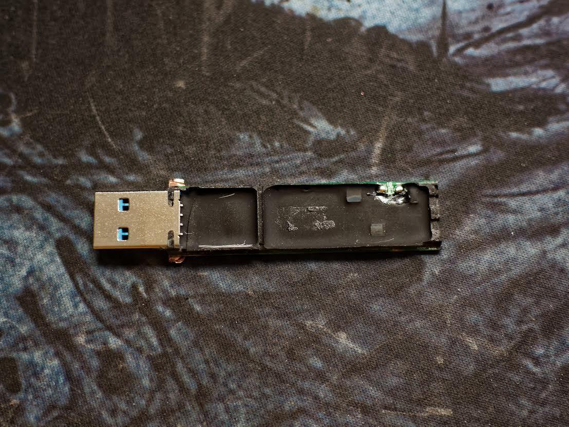 Защищенный USB-накопитель с ПИН-падом Kingston DataTraveler 2000 - 7