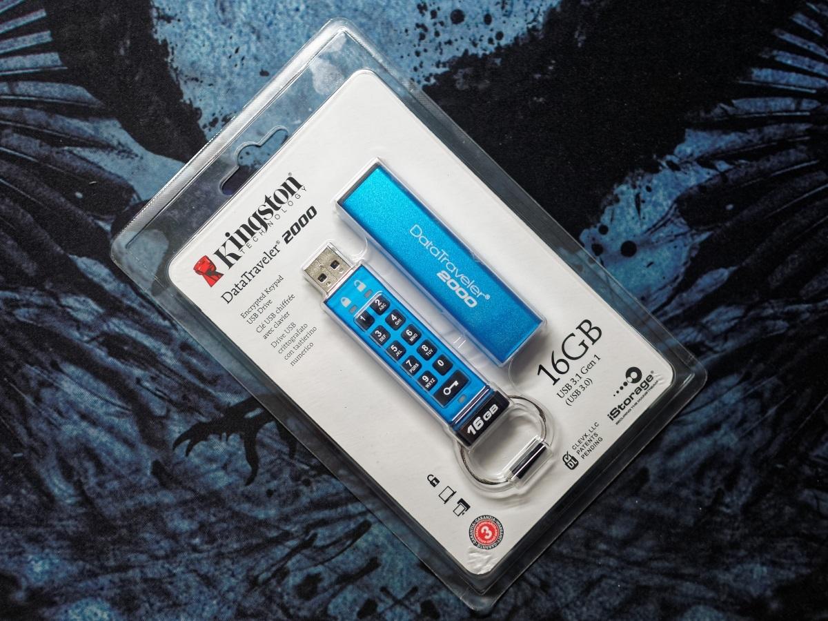 Защищенный USB-накопитель с ПИН-падом Kingston DataTraveler 2000 - 1