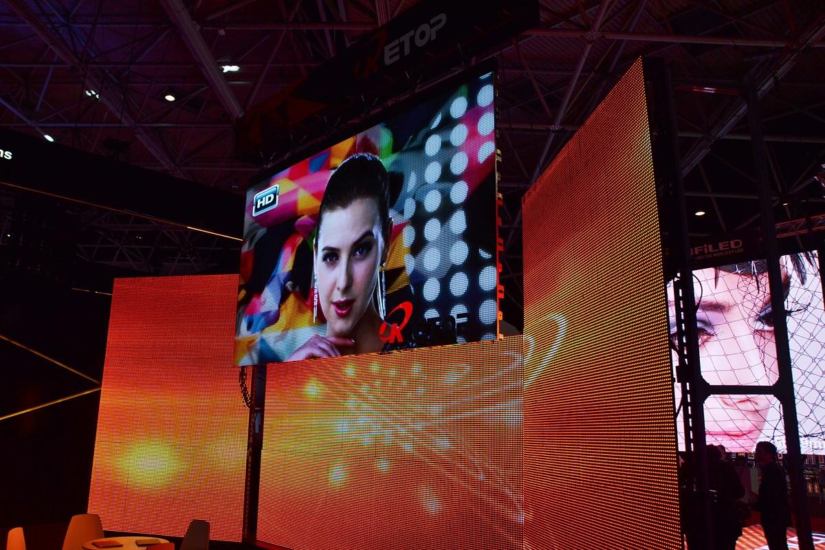 Свежая выставка ISE – новые светодиоды, экраны в окнах и как сломать экран, который не ломается - 19