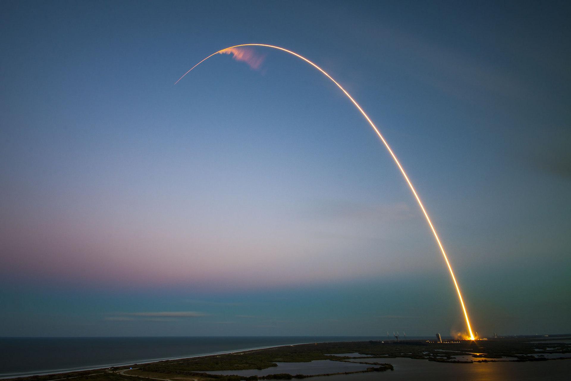SpaceX запустила ракету Falcon 9. Посадка на платформу опять не удалась - 1