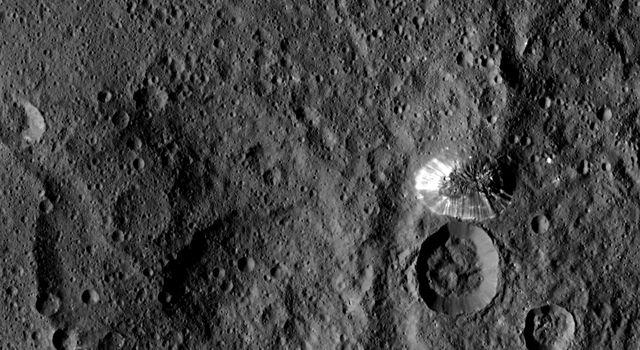 Зонд Dawn изучает Цереру уже год: интересные открытия и новые загадки - 1