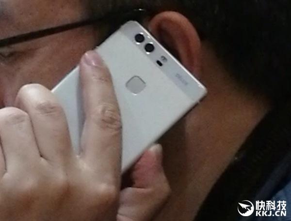 Фотографии запечатлели президента Huawei, который уже пользуется флагманским смартфоном компании - 1