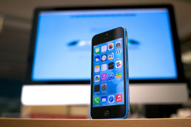 ФБР не будет судиться с Apple по делу получения информации с iPhone террориста - 1