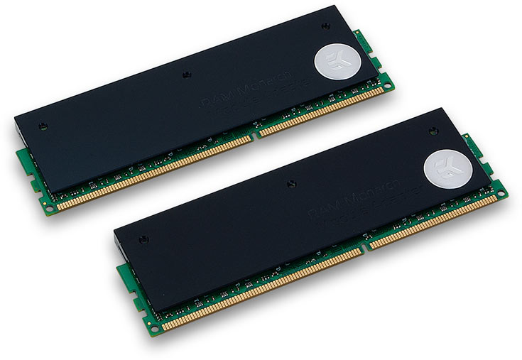 Переходник состоит из двух пластин, между которыми зажимается модуль памяти