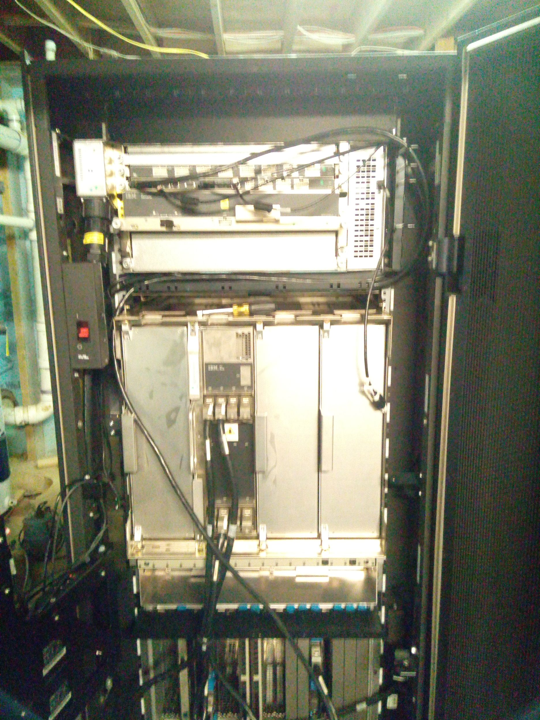 18-летний энтузиаст купил и установил в подвале мейнфрейм IBM z890 (2004 год) - 10