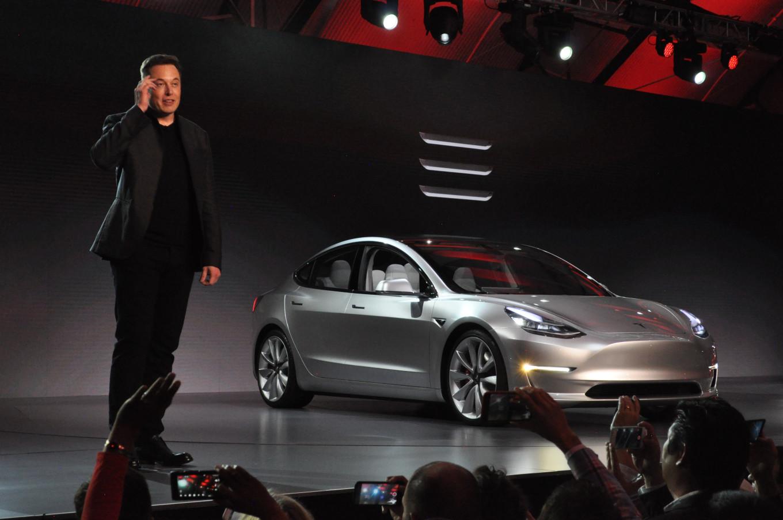 Tesla Model 3 официально представлена. Илон Маск говорит о 115 тысячах предзаказов - 1