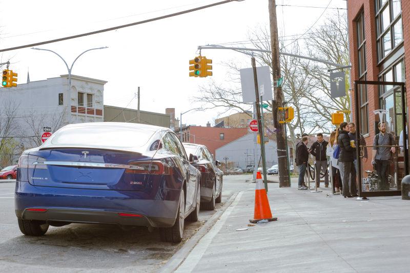 За Tesla Model 3 выстраиваются очереди, как за iPhone - 4