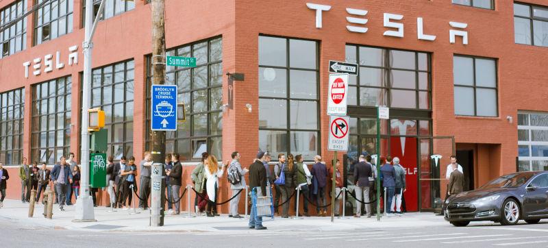 За Tesla Model 3 выстраиваются очереди, как за iPhone - 1