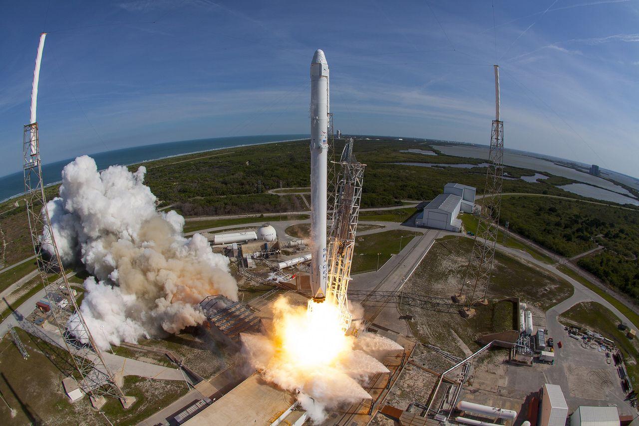 SpaceX выложила фотографии самого успешного запуска космического корабля Falcon 9 в своей истории - 1