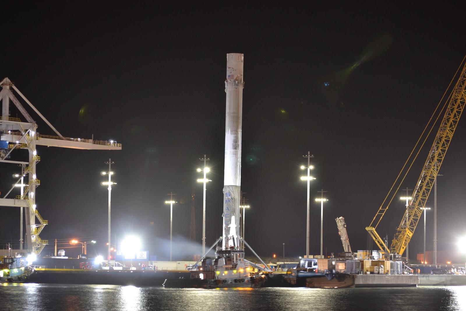 Вернувшуюся ступень космического корабля Falcon 9 благополучно доставили в порт - 3