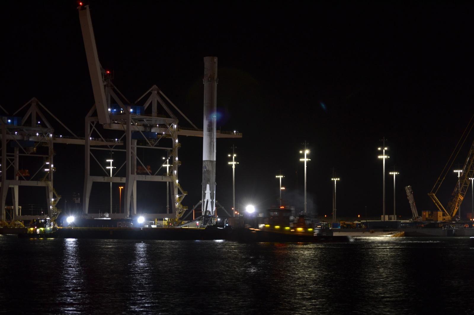 Вернувшуюся ступень космического корабля Falcon 9 благополучно доставили в порт - 4