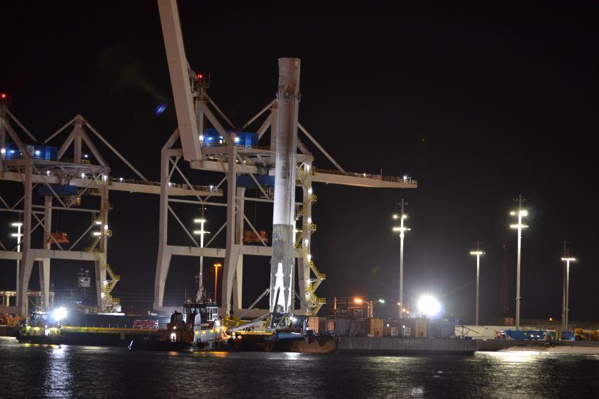 Вернувшуюся ступень космического корабля Falcon 9 благополучно доставили в порт - 1