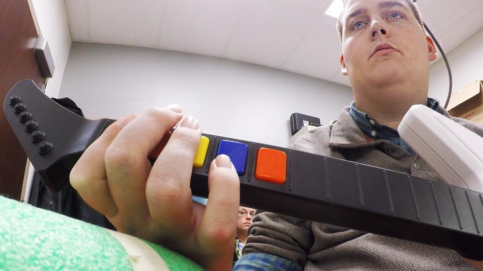 Мозговой имплантат впервые позволил парализованному человеку управлять рукой - 3