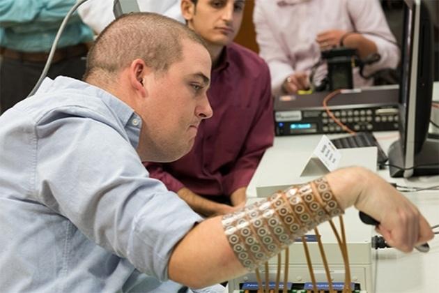 Мозговой имплантат впервые позволил парализованному человеку управлять рукой - 1
