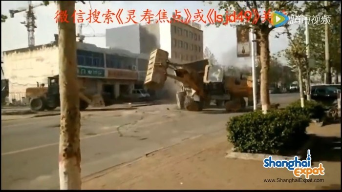 Массовая битва бульдозеров-погрузчиков в Китае - 1
