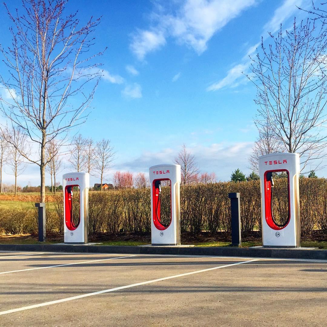 В Подмосковье открыли первую в РФ электро-АЗС Tesla Supercharger - 1