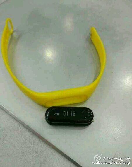 Умный браслет Xiaomi Mi Band 2 засветился на новой фотографии
