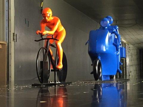Велогонщики получают нечестное преимущество от мотоцикла сзади - 1